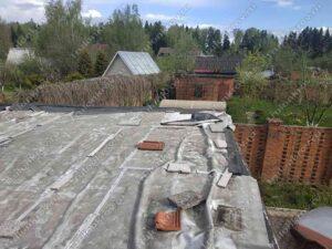 Протекающая крыша гаража, покрытая пленкой