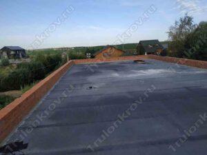 Горизонтальная крыша с парапетом из кирпичей