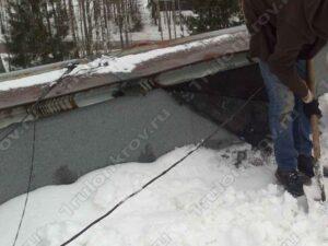 Очистка снега перед ремонтом примыкания