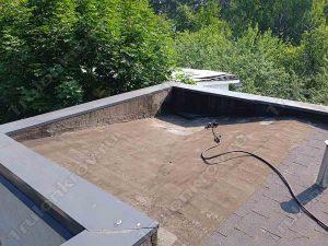 Часть крыши коттеджа, перекрытая рубероидом